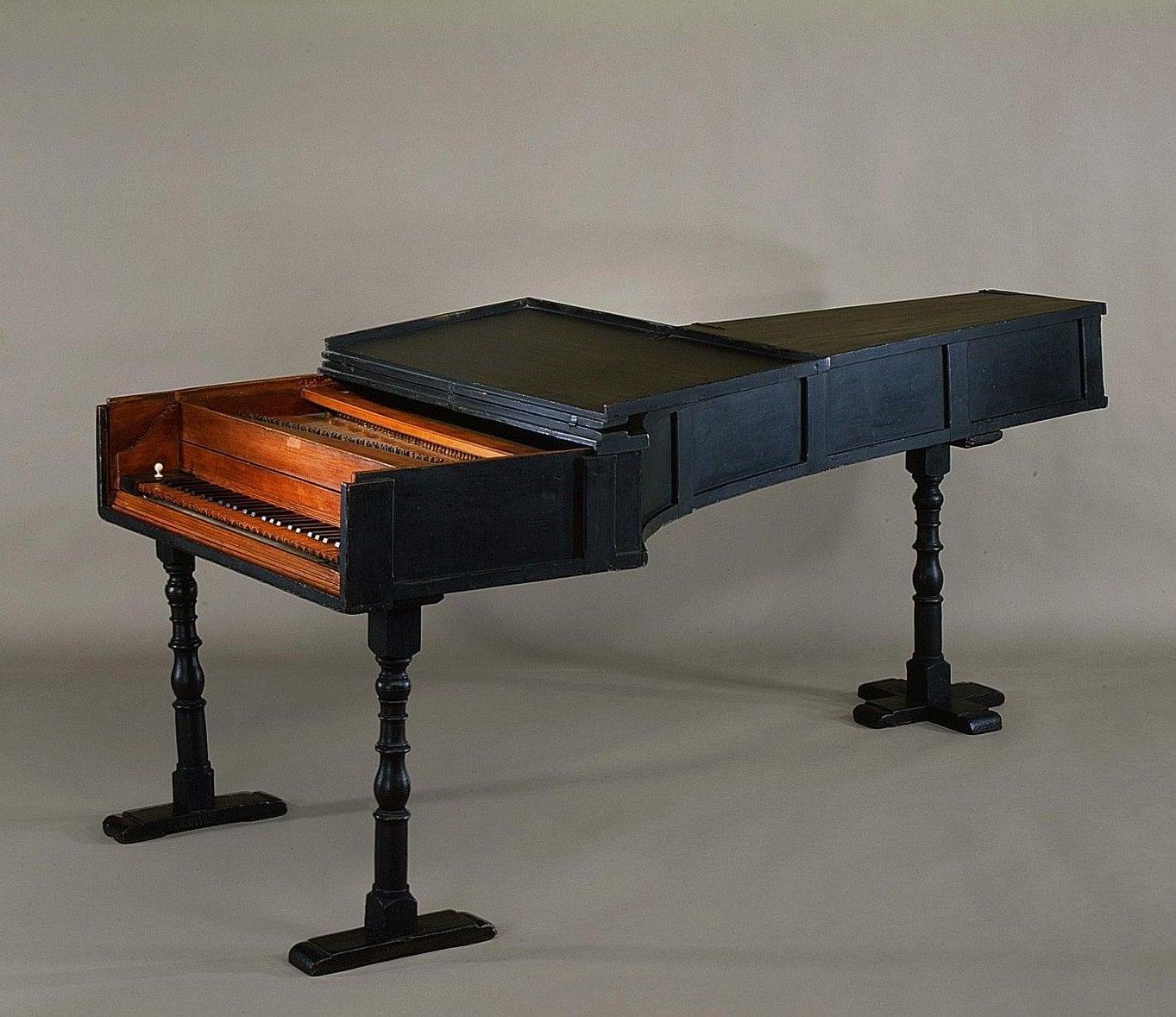 Piano%20constru%C3%ADdo%20por%20Bartolomeo%20Cristofori.%20Fonrte%3A%20https%3A%2F%2Fi.pinimg.com%2Foriginals%2Ff4%2F18%2F05%2Ff41805168581af066ba962bccf1e25ca.jpg